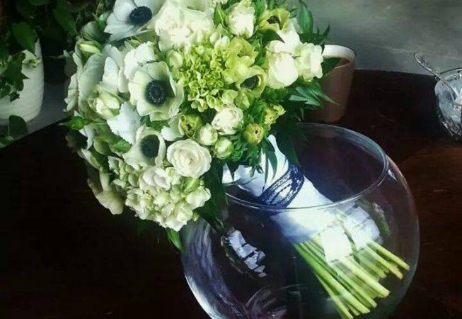 Wczesno-wiosenny bukiet ślubny z białych anemonów, hortensji i róży gałązkowej.