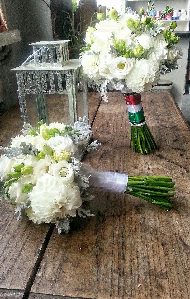 Bukiet ślubny i bukiet  dla druhny . Bukiety wykonane z róż, eustomy, dali z dodatkiem listków tzw.mrozów. Sz