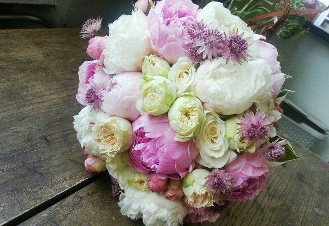 Czerwcowy bukiet ślubny z peonii i róż z dodatkiem astrantii.