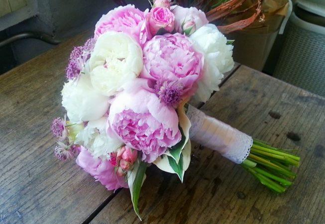 Czerwcowy bukiet ślubny z peonii  i róż gałązkowych z dodatkiem astrantii