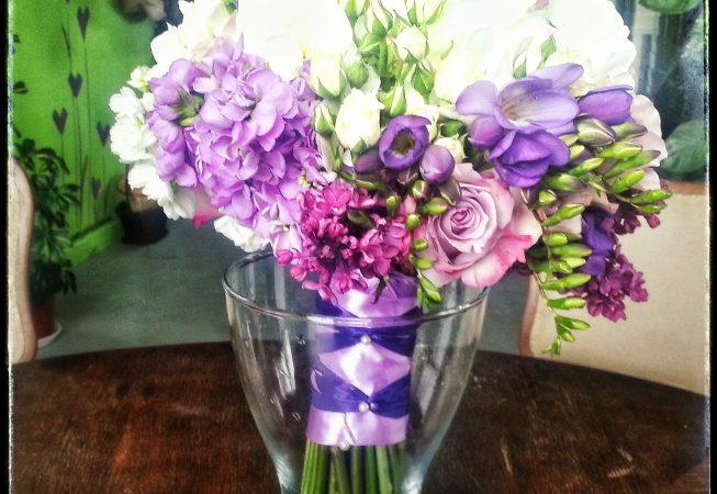 Bukiet ślubny - bez lilak, lewkonia, frezje, róże.