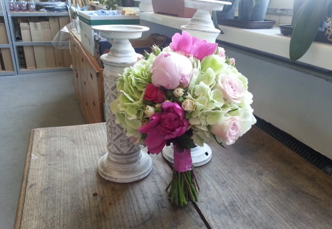 Bukiet ślubny w pastelach. Hortensje, peonie, róże, dzwonek irlandzki.